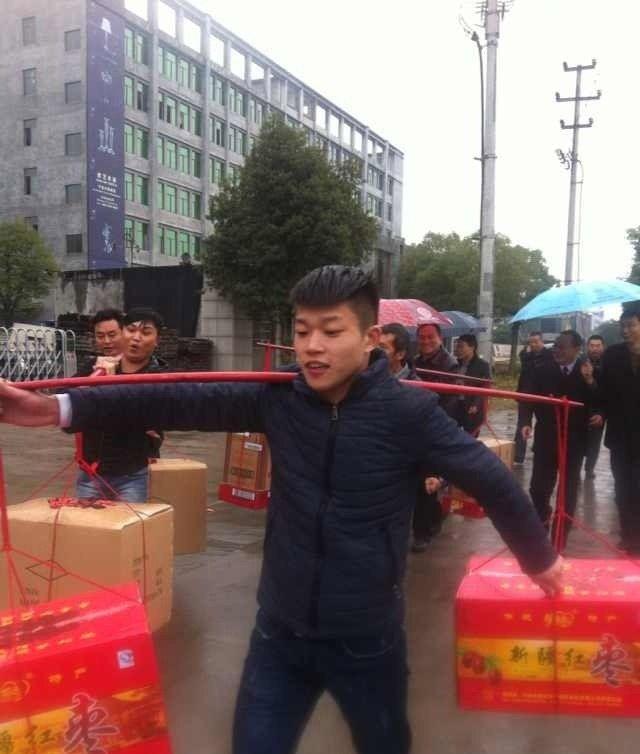 Китаец подарил невесте 18 корзин набитых деньгами