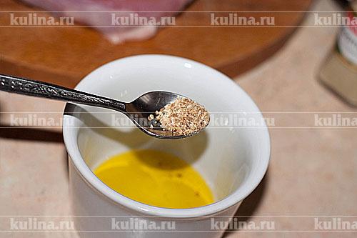 В емкость нальем оливковое масло, добавим лимонную цедру.