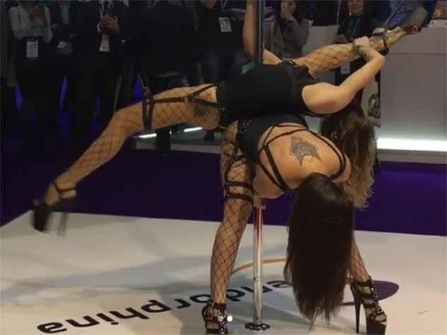 Откровенные танцы сибирячек спровоцировали скандал на выставке в Лондоне