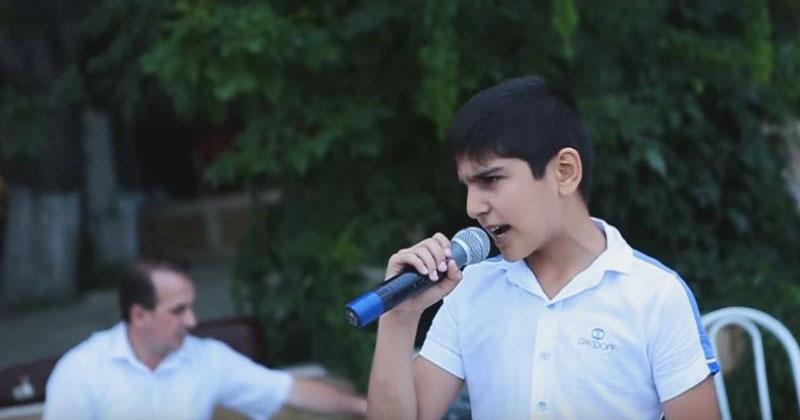 Песня «Кукушка» в его исполнении восхитила прохожих. Неземной голос!