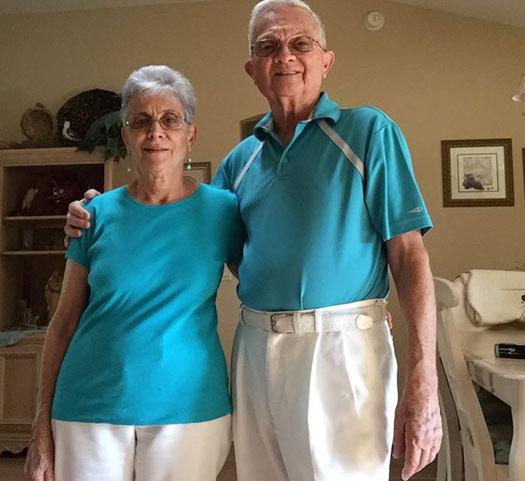 Бабушка и дедушка, живущие в браке 52 года, одеваются каждый день в одинаковую одежду