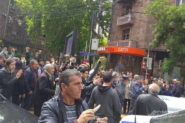 Полиция взяла под охрану правительственные здания в Ереване