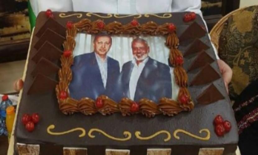 Лидер исламского движения преподнес Эрдогану торт с совместным фото в честь победы над мятежниками