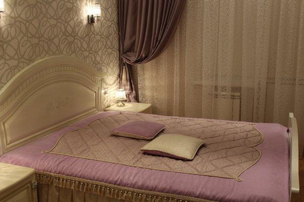 Спальня: светлая классика с сиреневыми акцентами