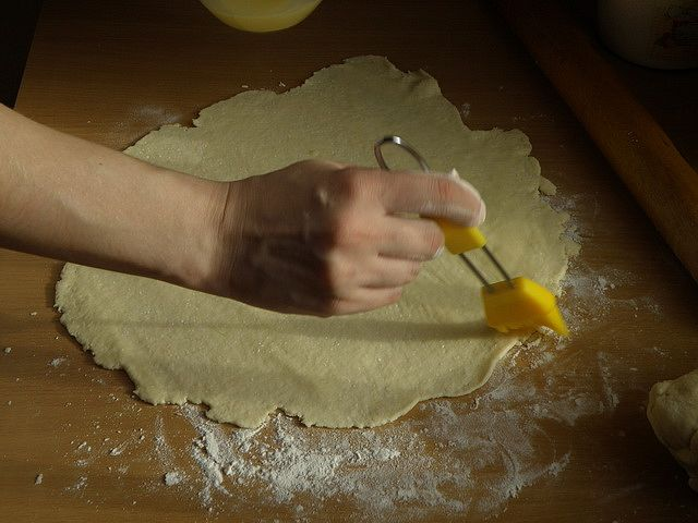 яичной смесью равномерно смазываем раскатанный блин. пошаговое фото приготовления творожного печенья