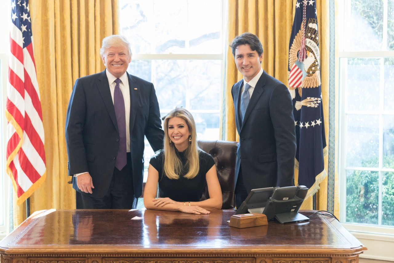 """""""Приведи свою дочь на работу"""":Неожиданное фото Иванки Трамп в кресле президента США поссорило пользователей соцсетей"""
