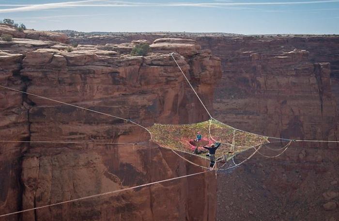 Экстремалы Moab Monkeys связали паутину из тросов.