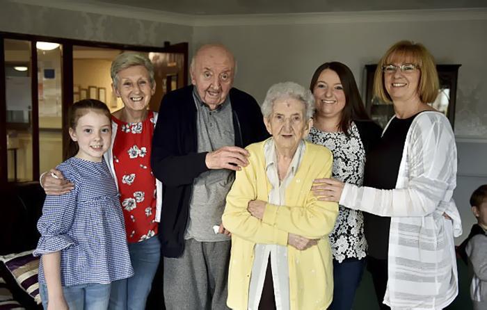 98-letnyaya-mama-priglyadyvaet-za-svoim-80-letnim-synom-potomu-chto-mama-vsegda-ostaetsya-mamoj_006