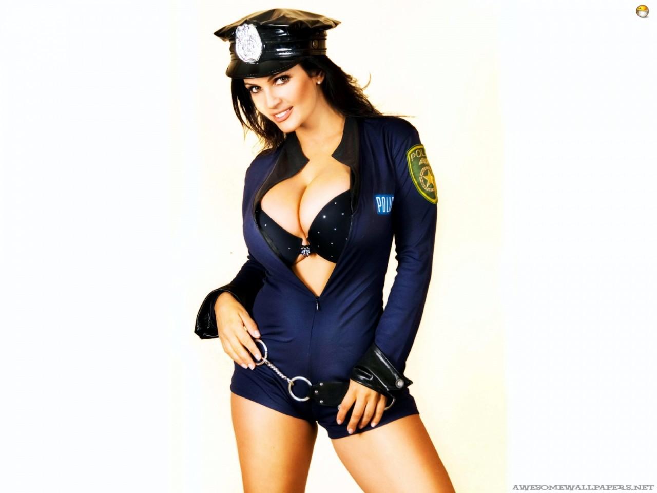 Моя девушка надела полицейскую форму... Улыбнемся))
