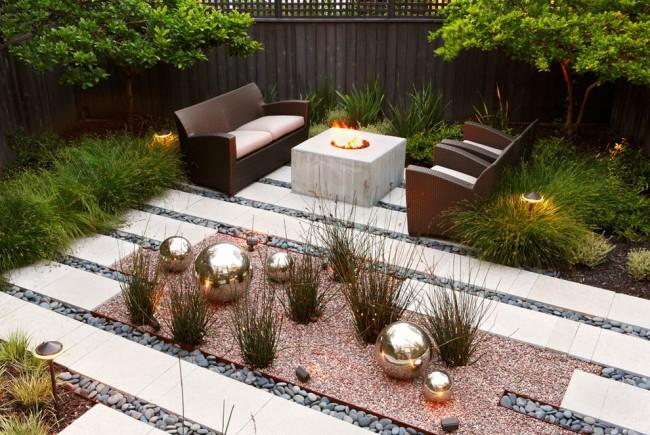 Уголок для отдыха с подсветкой и популярным сегодня готовым садовым декором - большими зеркальными шарами. Такие шары очень хороши также из бетона - любимого материала современных дизайнеров
