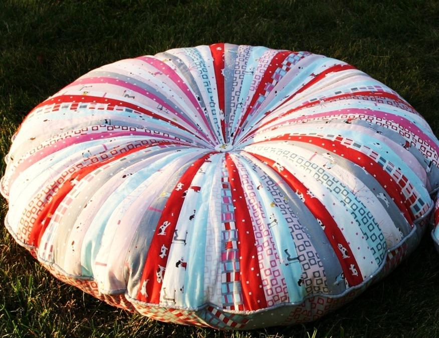 Эта подушка из ненужных лоскутков ткани станет вашей любимой