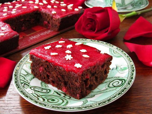 Постный шоколадный пирог с красной смородиной