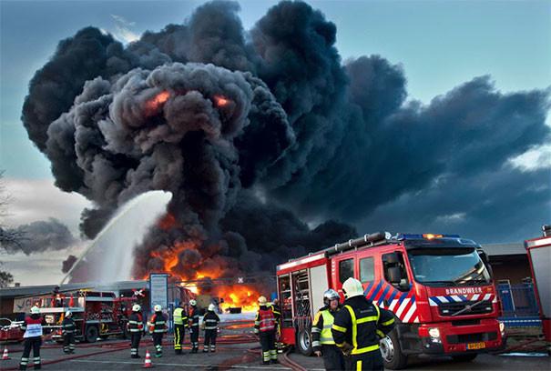 Пожарные сражаются с демоном Балрогом парейдолия, похоже да не то же, похоже на лицо
