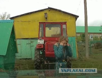 Перепутала педали и протаранила трактор