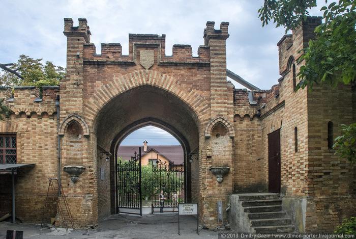 Один из входов в комплекс строений замка.