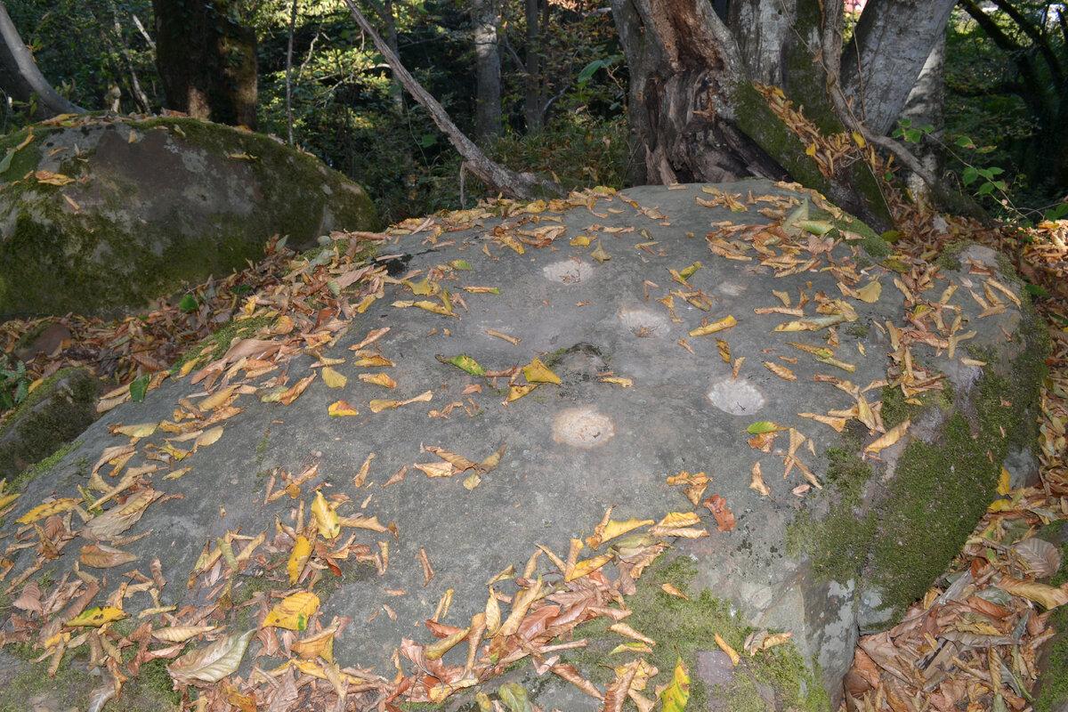 В жертвенных ритуальных камнях есть непонятные отверстия круглой формы