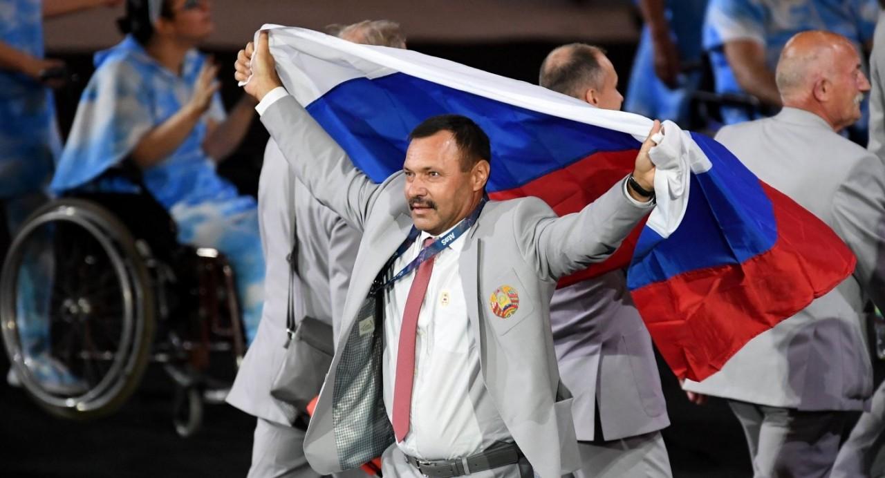 Белоруса, пронесшего российский флаг, выгнали с Паралимпиады