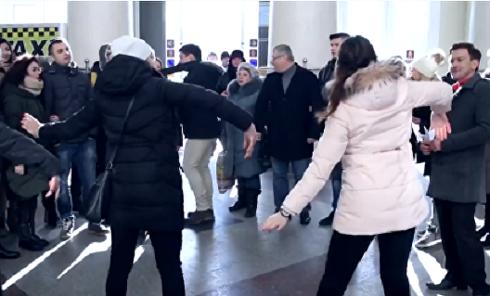 На вокзалах люди демонстративно показали фигу украинской власти