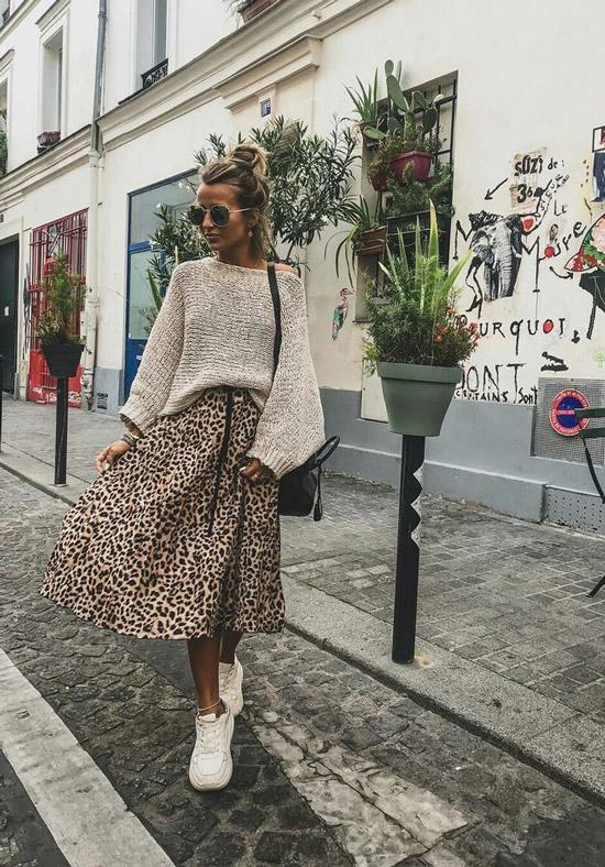 Девушка в бежевом свитере и миди юбке с леопардовым принтом