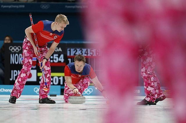 Норвежские керлингисты пришли на матч ОИ в розовых штанах с сердечками
