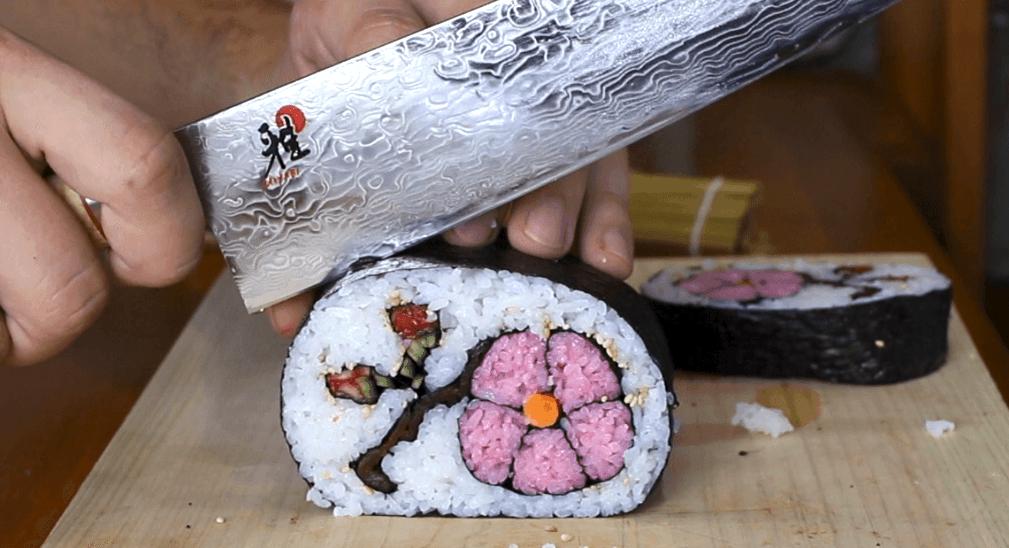 Оригинальная подача: суши-ролл с «цветком сакуры» внутри