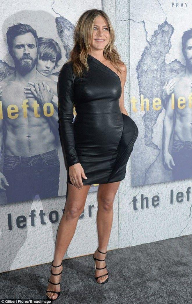 48-летняя Дженнифер Энистон в кожаном мини затмила мужа на премьере сериала