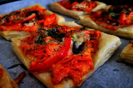 Фото к рецепту: Рецепт мини - пиццы из слоёного теста