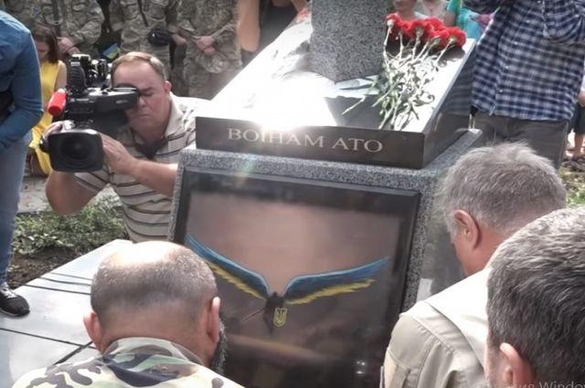 В Киеве появился памятник в виде вонзенного в карту России меча