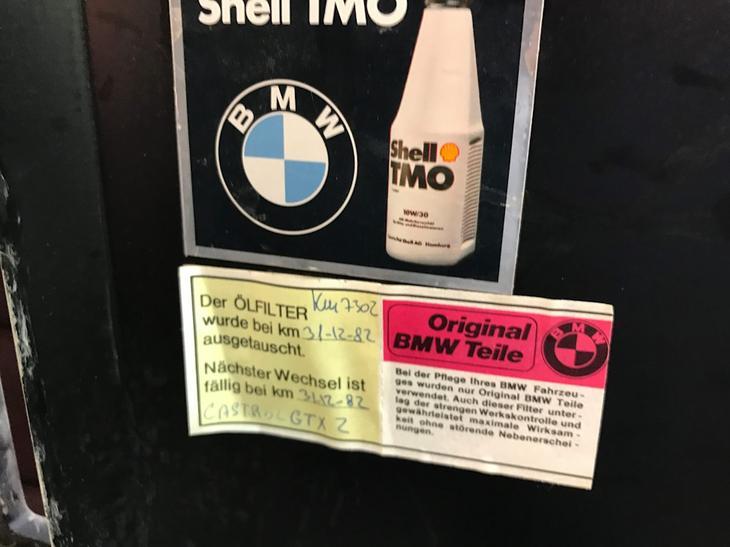 Сервисная наклейка с информацией о замене масла в 1982-м году