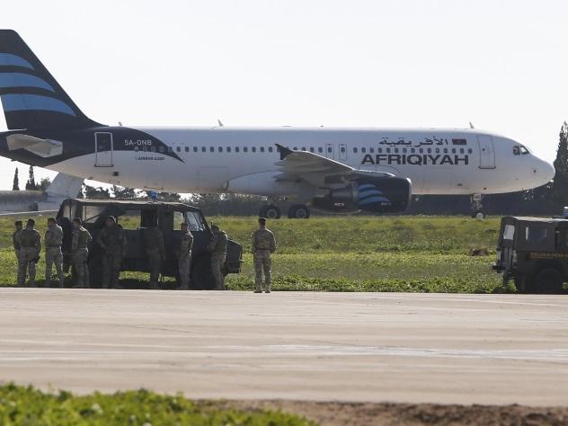Захваченный ливийский самолет со 118 пассажирами приземлился на Мальте