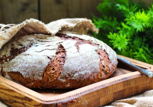 Покормите стартер и оставьте на ночь. Все продукты сложить в дефу и выставить в хлебопечке программу «Тесто ржаное».
