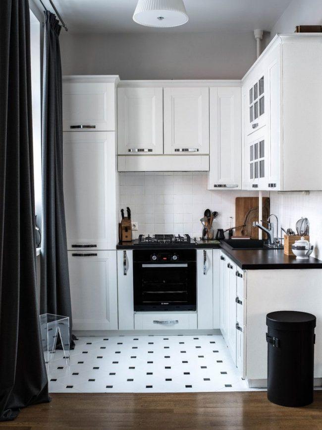 Красивая современная черно-белая кухня с угловой мойкой