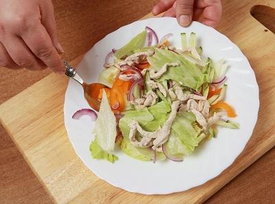 Шаг 5. Перемешиваем ингредиенты салата.