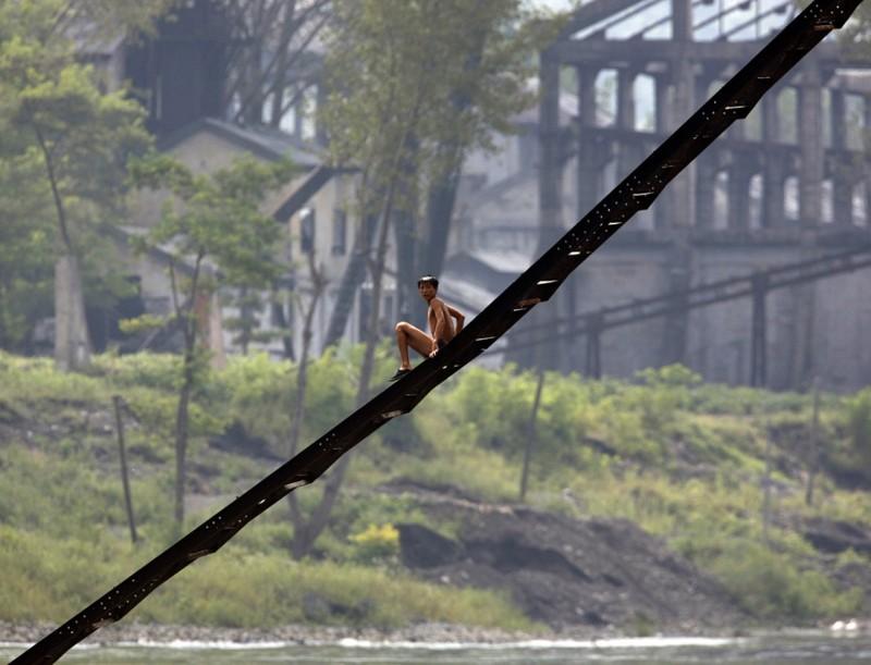 9. Лестница северокорейской заброшенной фабрики на берегу реки Ялу, 12 сентября 2008. (Фото David Gray | Reuters): Тоталитаризм, гранциа, китай, севераня корея