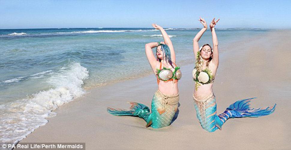 Две русалочки: помешанные на Диснее подружки отрастили силиконовые хвосты и плавают с акулами