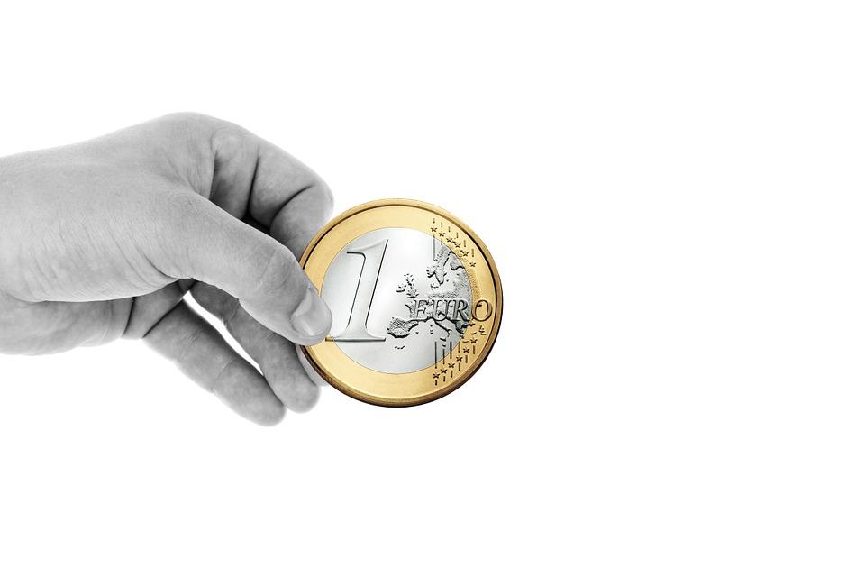 Евро упал ниже 70 рублей впервые с ноября прошлого года