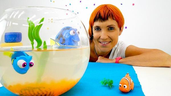 Видео для детей. 2 игрушки Дори. Игра в доктора и бассейн с шариками для игрушечной рыбки.