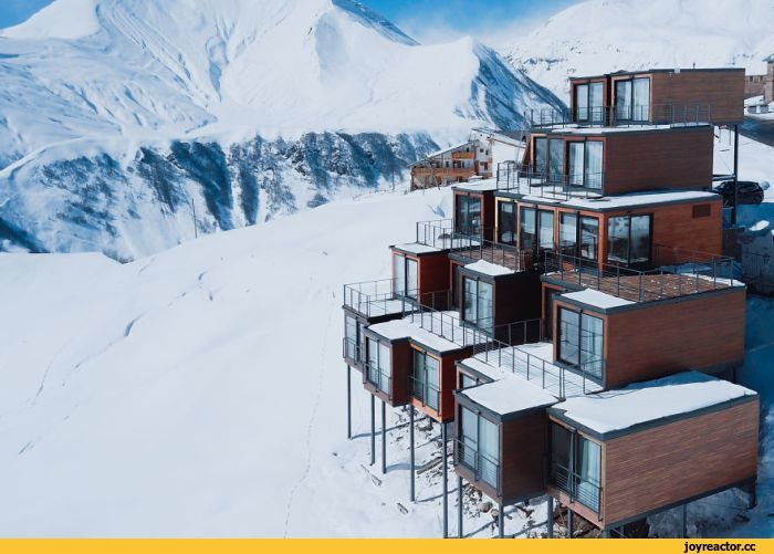 В горах Грузии на популярном горнолыжном курорте Верхний Гудаури находится необычный отель, построенный из грузовых контейнеров.