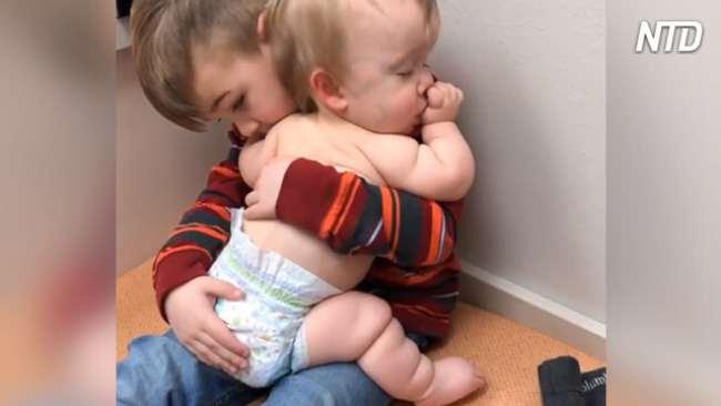 Только маленький Джон может успокоить младшую сестренку в кабинете врача