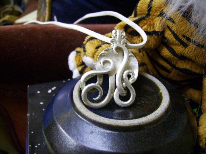 Необычные украшения из серебряных вилок