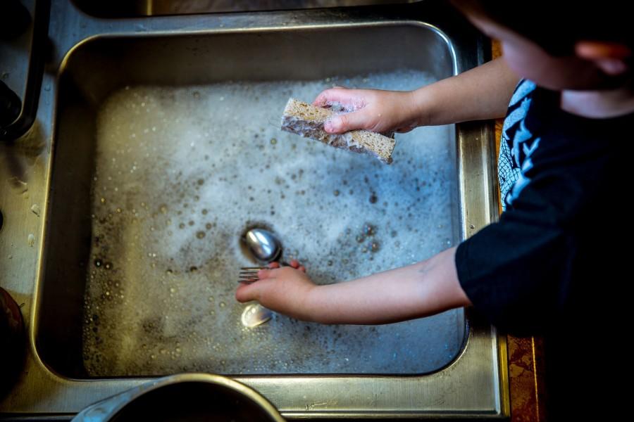 Как взрослые убивают в детях стремление помогать по дому