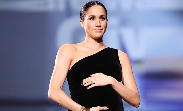 Почему беременная Меган Маркл постоянно держит руки на животе: ответ в видео