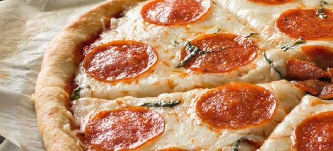 Пицца пепперони.