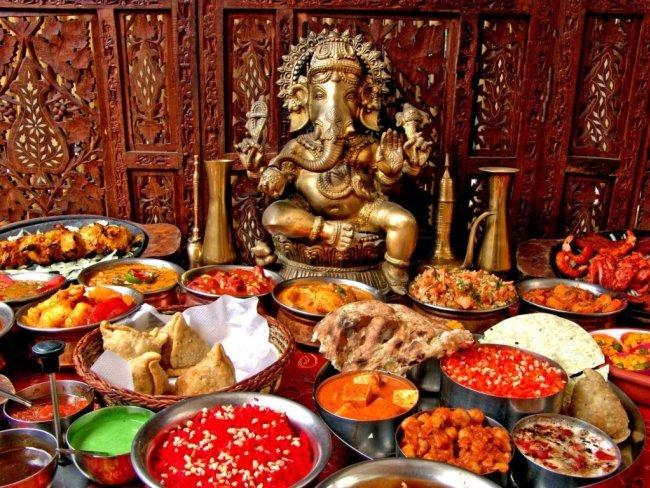 Пьющие индийские статуи