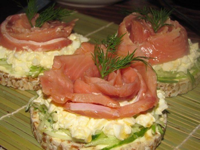 Прекрасные бутербродики с рыбкой. Подача идеальна!