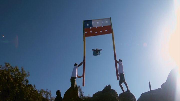 Чилийский экстремал на огромной скорости показал свои навыки полета и точности