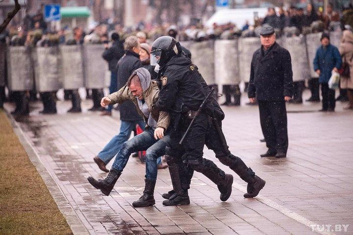 Протесты в Минске завершились только после многочисленных задержаний