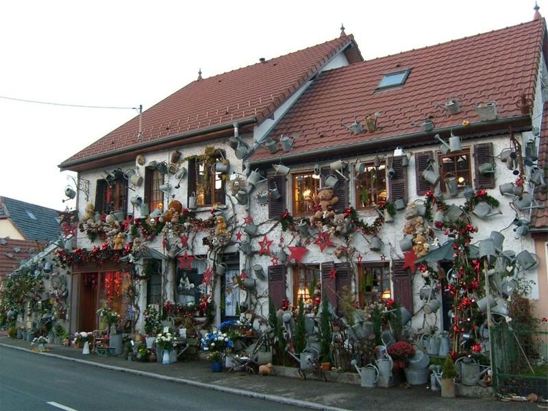 Французский флорист потратил 15 лет жизни на то, чтобы украсить свой дом 800-ми леечками