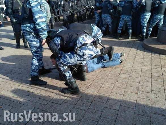 Избитый демонстрантами в Москве полицейский умер по дороге в больницу