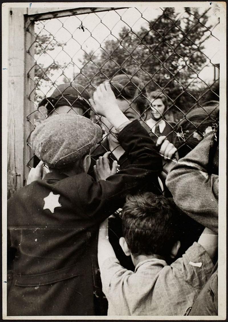 Он закопал эти фото из еврейского гетто, чтобы их не нашли нацисты...
